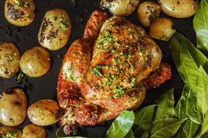 Просто и вкусно: как запечь курицу в духовке с картошкой
