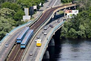 Грядут большие пробки: в Киеве на неделю частично перекроют Мост Метро