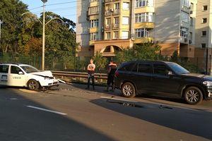 В Киеве машина такси протаранила внедорожник