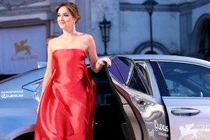 """В роскошном платье от Dior: звезда """"50 оттенков серого"""" на Венецианском кинофестивале"""