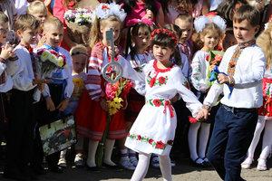 Как прошли первые звонки в школах Украины: пять первоклассников на школу и обмороки на линейках