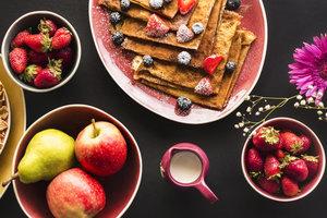 Осенний завтрак: блины с карамелизированными яблоками и корицей
