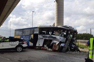 В Испании автобус врезался в опору моста: пятеро погибших, десятки раненых