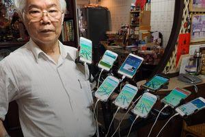 Пенсионер играет в Pokemon Go на 11 смартфонах одновременно