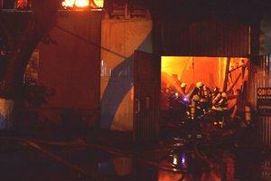 Пожар и взрывы в Одессе: ранены четыре спасателя, появились фото и видео