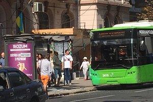 В центре Харькова троллейбус врезался в остановку: опубликованы фото