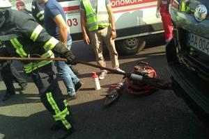 Под Киевом из искореженной машины спасли мужчину и ребенка