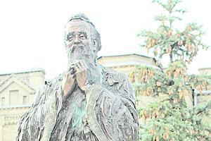 В парке КПИ появился первый в Украине памятник Конфуцию: студенты уже загадывают желания