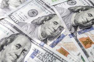 В Украине взлетает доллар, курс евро замер