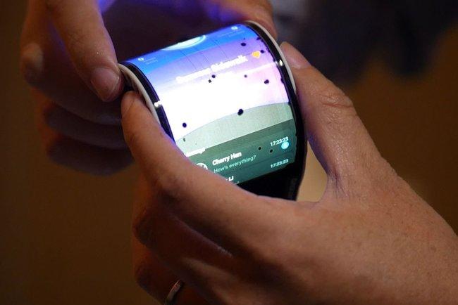 Сгибающийся смартфон с экраном BOE показали навидео