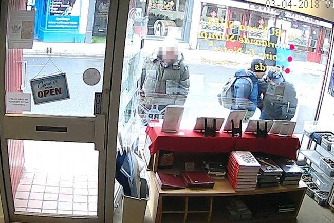 f289f0235ed9 Британское издание Daily Mail опубликовало кадры, на которых зафиксированы  офицеры ГРУ Александр Петров и Руслан Боширов, которых подозревают в  покушении на ...