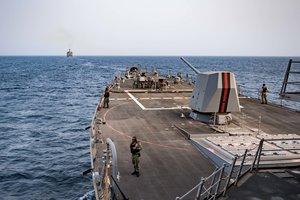 Эсминец ВМС США перехватил в Аденском заливе неопознанное судно с оружием