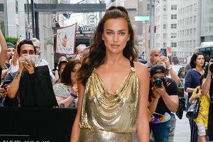 Идеальные ноги и платье от Versace: новый выход Ирины Шейк