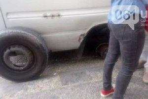 В Запорожье у маршрутки во время движения оторвалось колесо