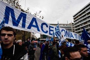 Демонстранты с закрытыми лицами устроили беспорядки в Греции