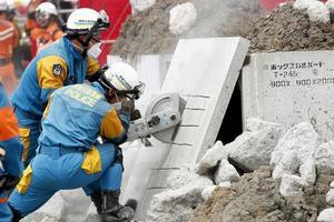 Число жертв мощного землетрясения в Японии продолжает стремительно расти