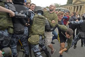 """""""Пенсионные"""" протесты в России: в 33 городах уже более 800 задержанных"""