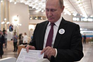 """Путин оконфузился во время голосования за мэра Москвы: ему """"сопротивлялась"""" урна для бюллетеней"""