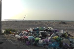 """На побережье Азовского моря """"дикари"""" оставили горы отбросов: опубликовано видео"""