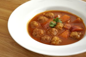 Простой рецепт для обеда: картофельный суп с фрикадельками