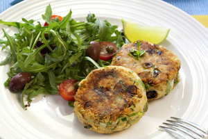 Идея необычной закуски: картофельные котлеты с брюссельской капустой и зеленью