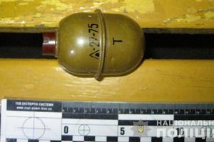 В Харькове мужчина на улице продавал гранату прохожим