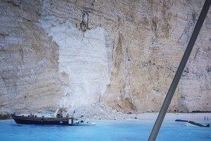 В Греции скала рухнула на пляж, есть пострадавшие