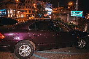 У центрі Києва поліція затримала агресивного водія: його втихомирили наручниками