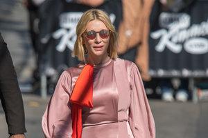 В кедах и шелковом платье: непривычный образ кейт Бланшетт