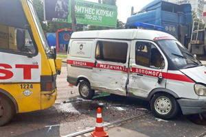 В Одесі маршрутка врізалася в автомобіль швидкої допомоги