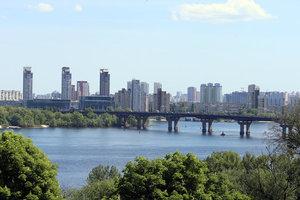 Путепровод превратился в водопад: в Киеве на мосту Патона прорвало трубу