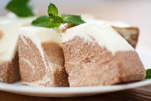 Без выпечки: творожный десерт с ягодами и какао