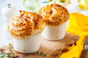 Чили кон карне под крышечками из кукурузного хлеба: рецепт от Найджелы Лоусон