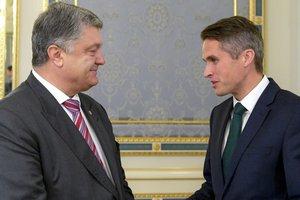 Порошенко обсудил с госсекретарем по обороне Великобритании усиление санкций против РФ