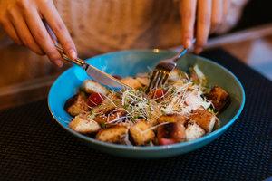 Простой салат Цезарь с жареной курицей и гренками