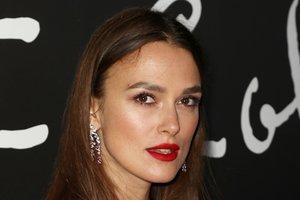 В платье с перьями от Chanel: новый образ Киры Найтли