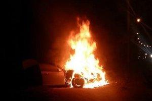 В Киеве из-за гонок с полицией полностью сгорел Mercedes