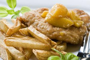 Стейк с яблоками и розмарином: рецепт от Даши Малаховой