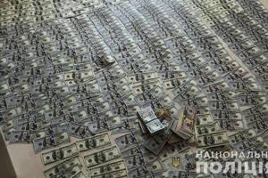 Запорожские копы наведались в вуз и постелили ковры из денег: опубликованы фото