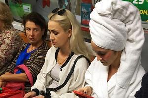 В киевском метро замечены люди в банных халатах