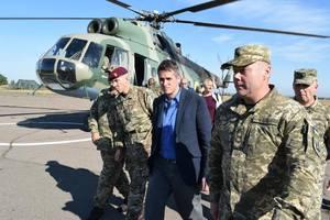 Министр обороны Великобритании посетил зону ООС на Донбассе