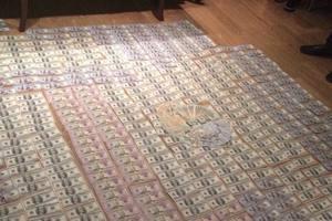 У таможенника в Одессе нашли пачки денег, собрание монет и старинных картин