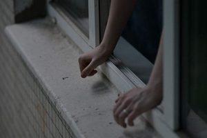 В Запорожье с балкона многоэтажки вывалилась молодая пара