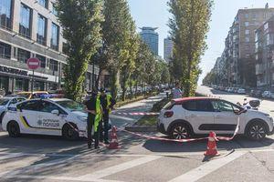 В центре Киева Citroen сбил полицейского на мотоцикле