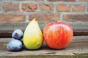 """В Украине упали цены на """"осенние"""" фрукты: почем продаются сливы, яблоки и груши"""