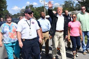 Трамп раздал хот-доги в разрушенном ураганом городе