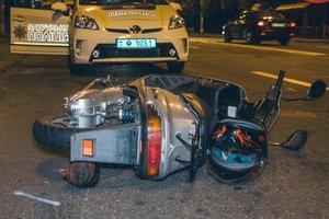 В Киеве пьяный мопедист попал под колеса такси