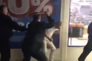 В Киеве охрана супермаркета дубинками избила мужчину за замечание