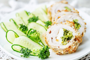 Рецепт вкусного ужина: куриные рулеты с брокколи и сыром