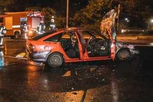 Opel столкнулся с полицейской машиной и полностью сгорел: видео ДТП в Киеве